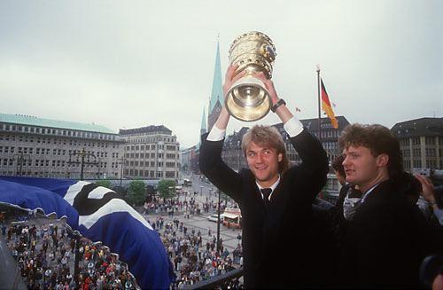 Beiersdorfer (links) 1987 mit dem DFB-Pokal!