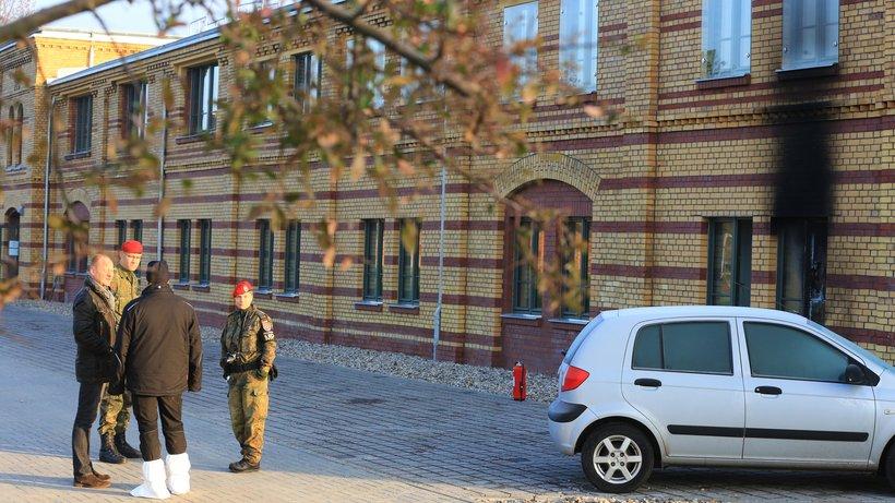 Feldjäger und Beamte der Kriminalpolizei vor dem Gebäude des Landeskommandos Sachsen Anhalt (Quelle: dpa)