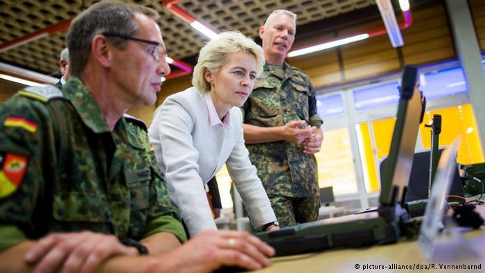 Von der Leyen beim Truppenbesuch in der IT-Abteilung