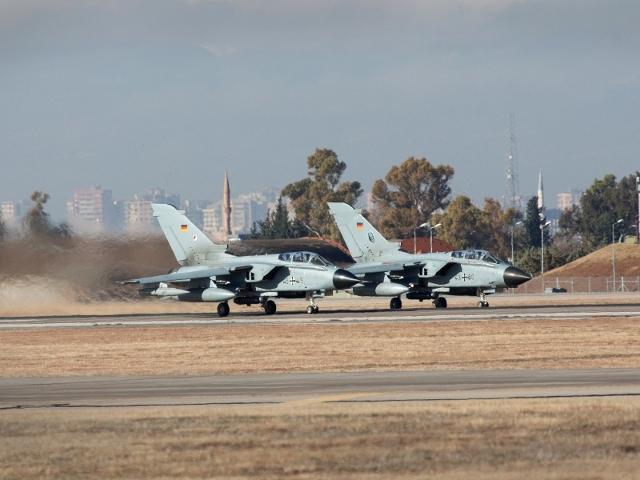 Zwei deutsche Aufklärungs-Tornados beim Start von der Incirlik Air Base (Quelle: Bundeswehr/Falk Bärwald)