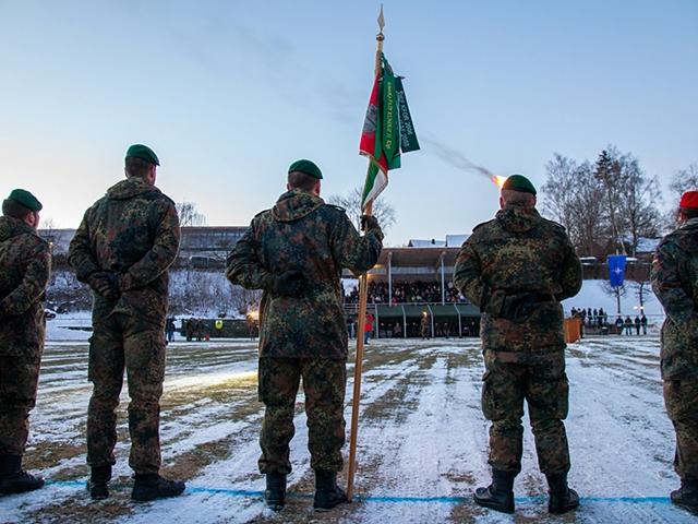 In Oberviechtach verabschieden sich die Soldatinnen und Soldaten des Heeres mit einem Appell. (Quelle: Bundeswehr/Schulz)