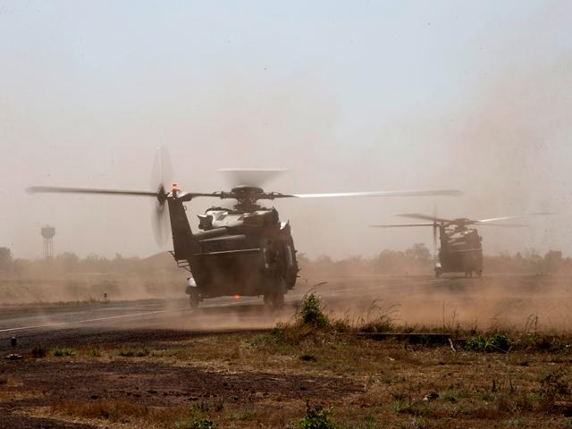 Es ist vollbracht: Zwei deutsche NH-90 starten erstmals in Mali ihre Triebwerke. (Quelle: Bundeswehr / Thiel)