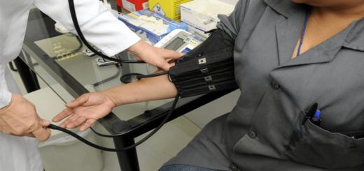 Das freiwillige soziale Jahr in einem Krankenhaus - Einer Person wird Blut abgenommen
